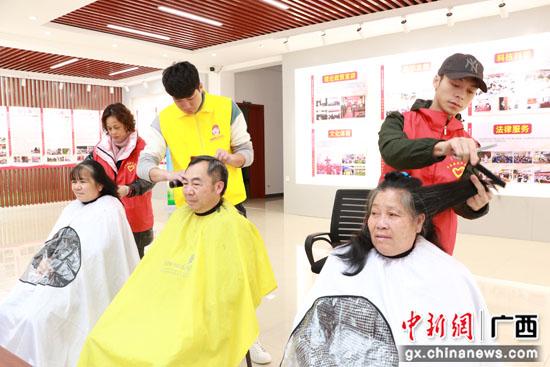 广西平乐县学雷锋志愿服务月暨爱国主义教育活动启动