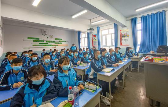新疆泰昆集团向新疆工业经济学校捐资百万成立教育基金
