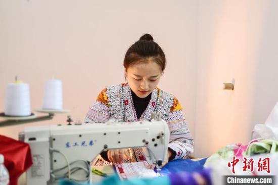 贵州黔西化屋村苗族妇女蜡染刺绣忙