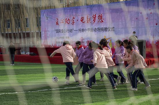 托帕小学的两支女生足球队在新足球场上角逐。(周广科 摄)