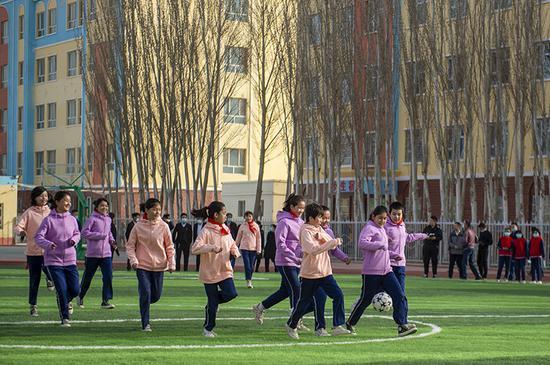 """国网新疆电力向""""访惠龙虎国际聚""""驻村小学捐捐建流动场"""