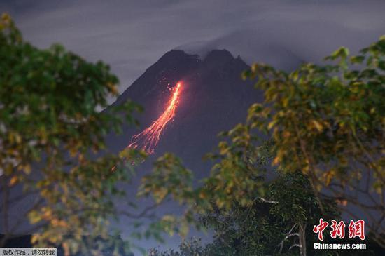 當地時間3月7日,印度尼西亞默拉皮火山噴發,滾滾巖漿順著山體流淌。