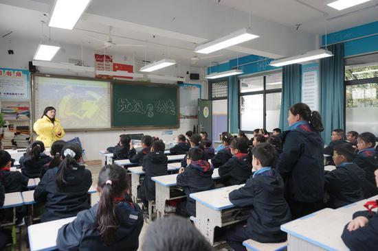 """江濱小學各個班級開展""""垃圾分類我先行""""為主題的少先隊活動。  俞俊 攝"""
