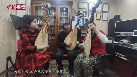 耄耋老人编创琵琶版新疆民乐