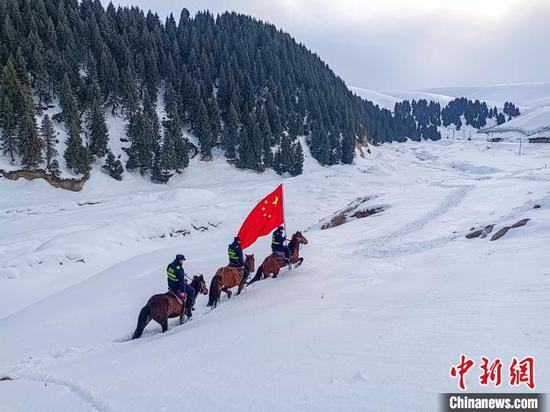 新疆伊犁民警骑马踏雪巡逻祖国边境线
