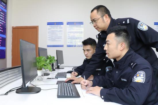 民警錄入數據 潘吉寶 攝