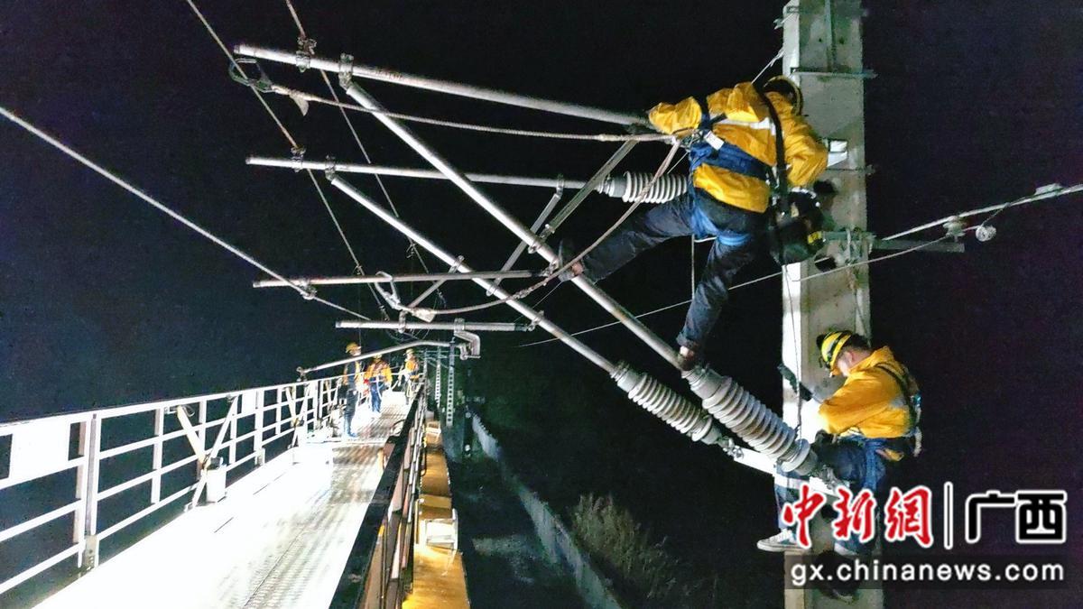 焦柳铁路广西段接触网设备展开集中维修