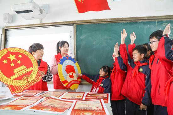 南浔镇实验小学老师正在向孩子们讲解两会相关知识  陆志鹏 摄