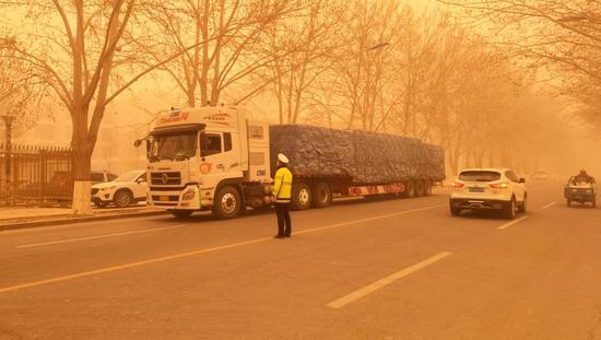 新疆且末县现大风沙尘天气 辖区内道路能见度不足百米