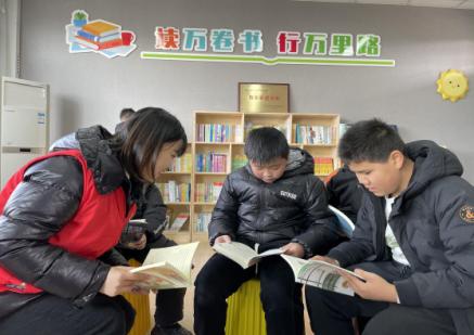 党员志愿者段晓艳(左)在衢州市巨化一小官碓校区带领学生们阅读。 郑海燕 摄