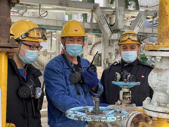 冯晓强(中间)与班组成员一起。李江鸿 摄