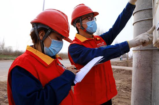 3月13日,国网喀什供电公司党员服务队正在为电热炕用户检查电表用电情况。王康 摄