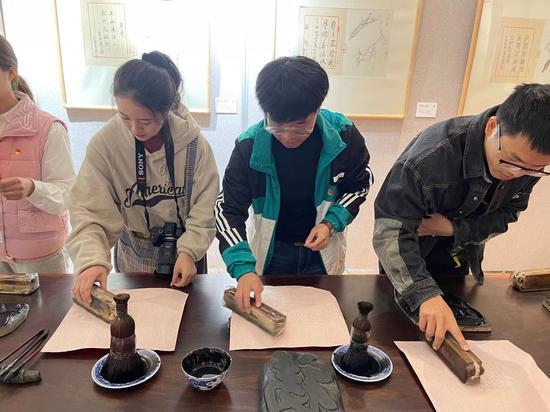 学生体验木版水印。童笑雨 摄