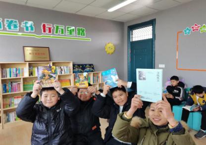 衢州市巨化一小官碓校区领学生们在书库内快乐阅读。 段晓艳 摄