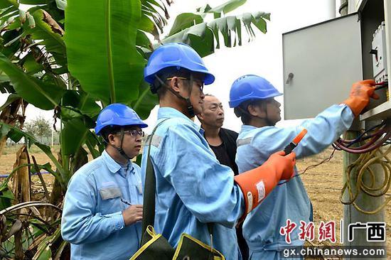 工作人员查看空气开关刀闸。卢卓景 摄