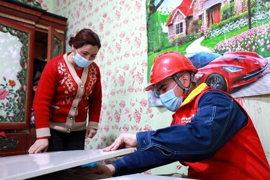 3月13日,国网喀什供电公司党员服务队走访电热炕用户。王康 摄
