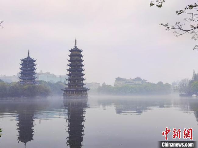 阳春三月广西桂林白雾笼罩的山水美景