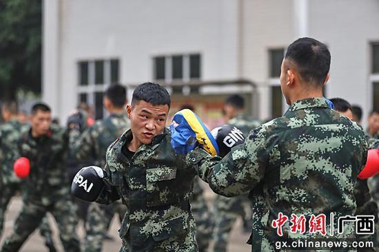 一名学员正在进行拳法对抗。李启鹏 董亚涛  供图