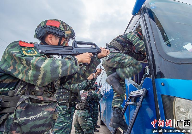 武警贵港支队开展公交车反劫持演练