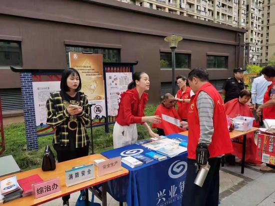 兴业银行宁波分行为市民普及金融知识,在工作中传递消保温度。  袁晶晶 摄