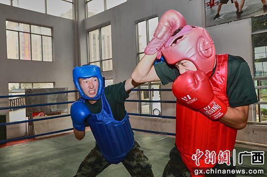 擂台上,两名学员正在进行拳法对抗。李启鹏 董亚涛  供图