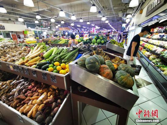 當地時間3月17日是菲律賓首都馬尼拉實施再次宵禁第三日,位于馬尼拉CBD馬卡蒂綠帶商城的生活超市,副食品供應充足。中新社記者 關向東 攝