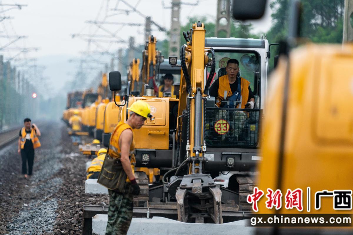 """广西出动""""大黄蜂""""列车给铁路线""""按摩保健"""""""