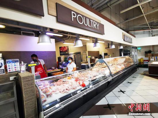 當地時間3月17日是菲律賓首都馬尼拉實施再次宵禁第三日,位于馬尼拉CBD馬卡蒂綠帶商城的生活超市,副食品供應充足。 中新社記者 關向東  攝