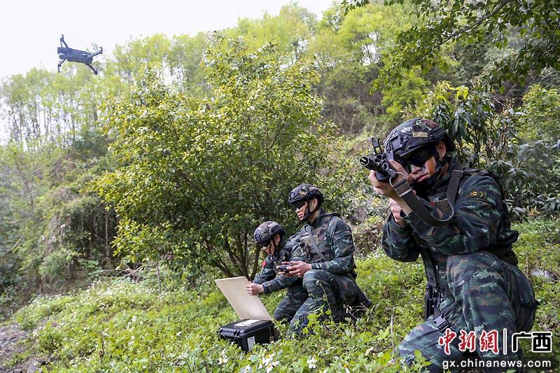 河池武警特战队员开展山林地捕歼战斗演练