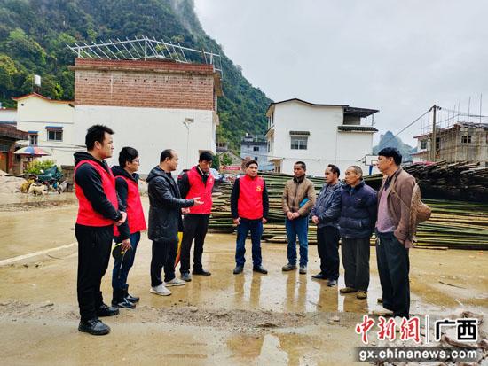 """""""红马甲""""成阳朔乡村风貌提升战场上的风景线"""