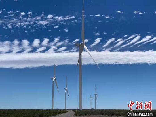 图为项目群最后一期(VI期)中已经屹立起的白色风机 中国电建贵阳院供图