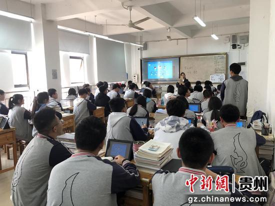 图为兴义三中学生使用平板学习的课堂。