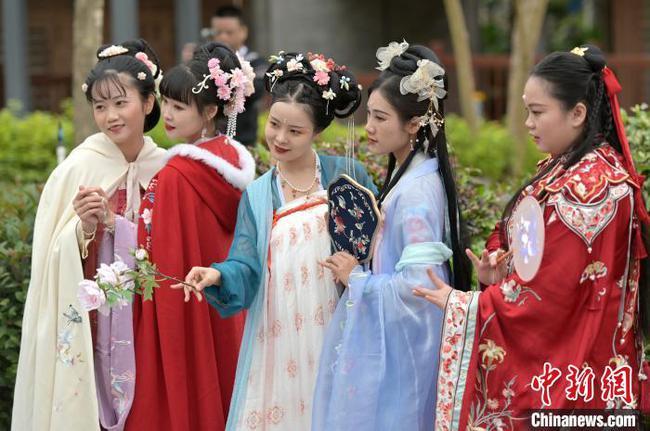 南宁举行传统花朝节 百余名汉服爱好者游园扮靓