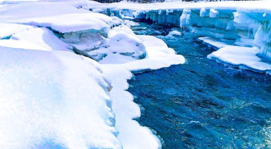 新疆大河沿子草原雪融化 河流千姿百态缥缈如纱