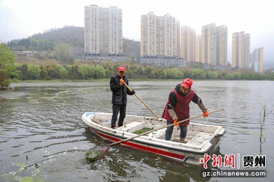 图为工作人员在进行打捞工作。 瞿宏伦 摄