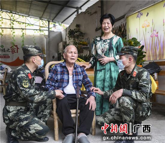 武警官兵與參加過抗美援朝老兵親切交流。