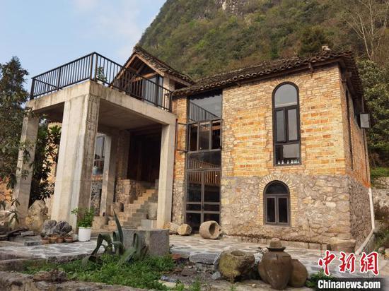 图为艺术家正在洪江村改造的老房子。 周燕玲 摄