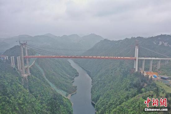中國山區最寬的鋼桁梁懸索橋成功合龍