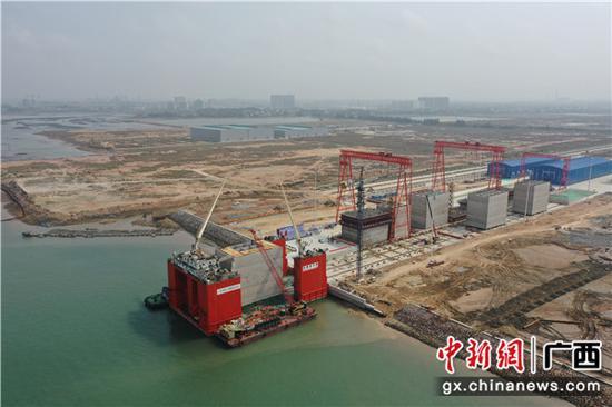 钦州自动化集装箱码头首座沉箱出运