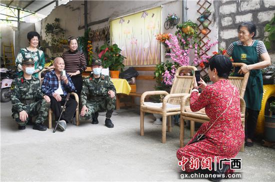 武警河池支队官兵看望慰问驻地敬老院老人