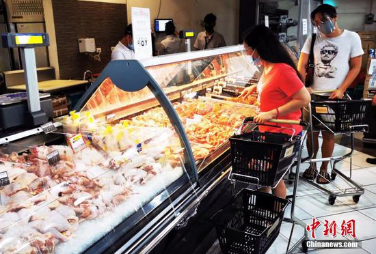 當地時間3月28日,菲律賓首都馬尼拉CBD馬卡蒂綠帶商圈,市民在超市采購生活物資。 中新社記者 關向東 攝