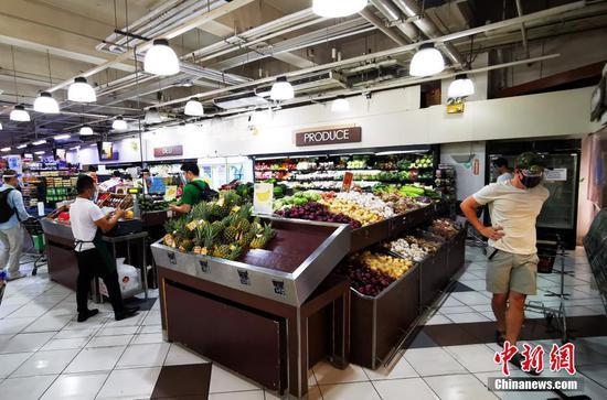 當地時間3月28日,菲律賓首都馬尼拉CBD馬卡蒂綠帶商圈,市民在超市采購生活物資。超市內供應充足,價格穩定。因新冠確診人數持續上升,為避免人群聚集,3月29日至4月4日,大馬尼拉地區及其鄰近4個省份布拉干、甲米地、內湖和黎剎,將實施一周強化社區檢疫隔離(ECQ),限制人員外出。 中新社記者 關向東 攝