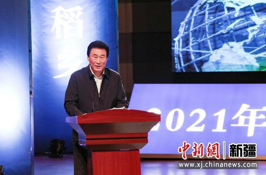 图为新疆华凌集团党委书记郭向阳介绍华凌集团牛业田园综合体项目。