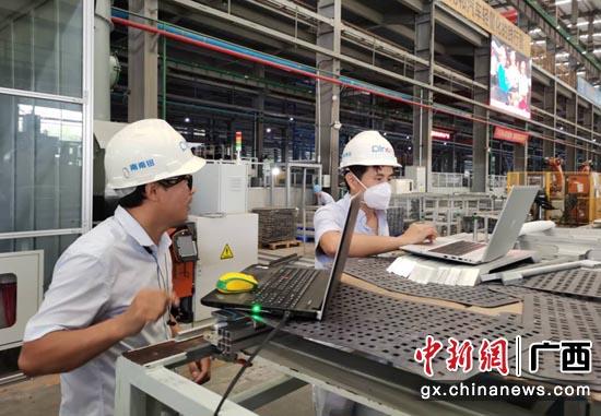 借助中國移動5G網絡,工作人員正在開展產品良品率檢測工作。 廣西移動供圖