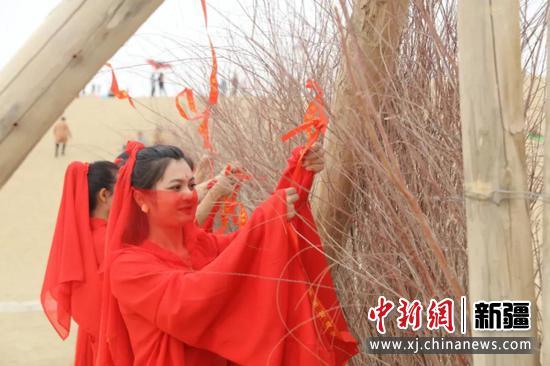 在尉犁县罗布人村寨景区举行系红带许愿活动。