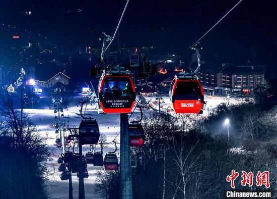 位于吉林市的万科松花湖雪场夜景(资料图) 思诺 摄