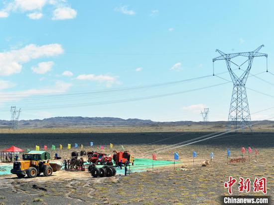 2020年7月17日,阿勒泰-准北750千伏输电线路工程放紧线。 胡培根 摄