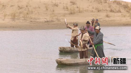 在尉犁县罗布人村寨景区神女湖上,勇士们进行巡游捕鱼表演。