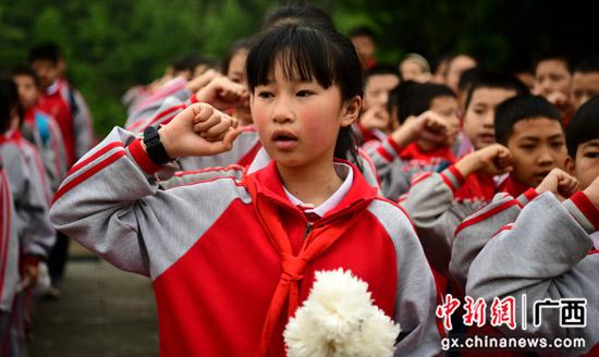 广西桂林龙胜县青少年缅怀先烈 重温党史