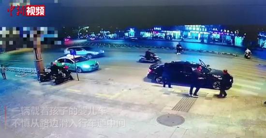 惊险!婴儿车滑入行车道被小伙百米冲刺救下